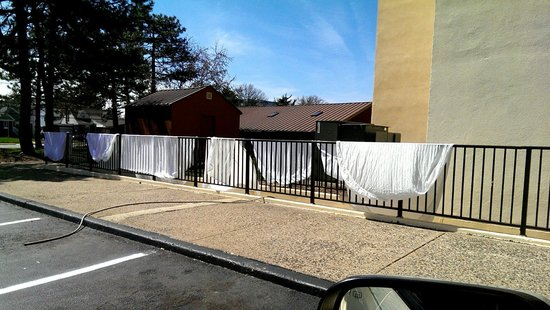 Garden Plaza Hotel: Drying sheets on the fence
