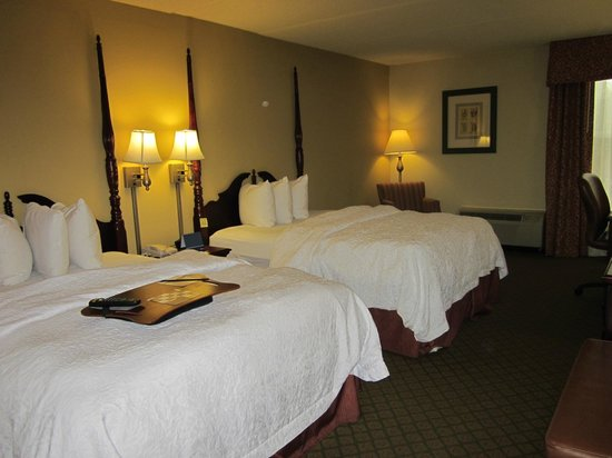 Hampton Inn Columbia - Downtown Historic District: Room 220 - 2 Queen Beds