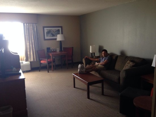 BEST WESTERN PLUS The Charles Hotel: Living room area of 2 room queen suite