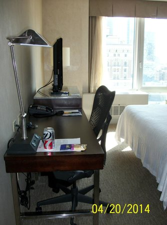 Hilton Garden Inn New York/West 35th Street: Desk and Television Set
