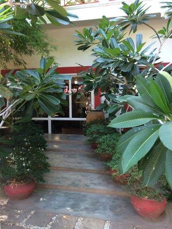 Villa Medamrei : OUtdoors walkway.