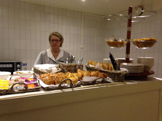Hotel Prince Albert Wagram : The lady who prepares our breakfast.