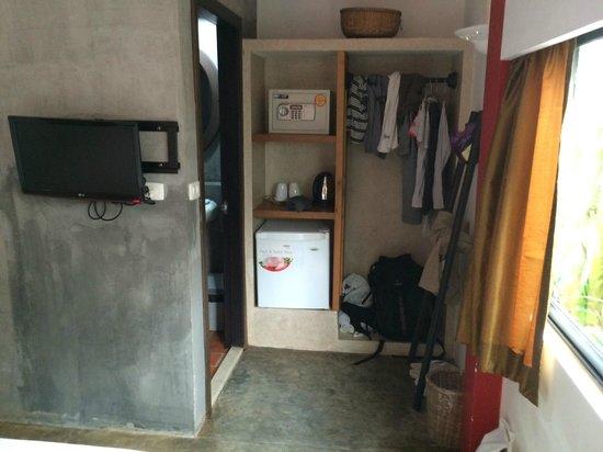 Villa Medamrei: Wardrobe/ pantry area.