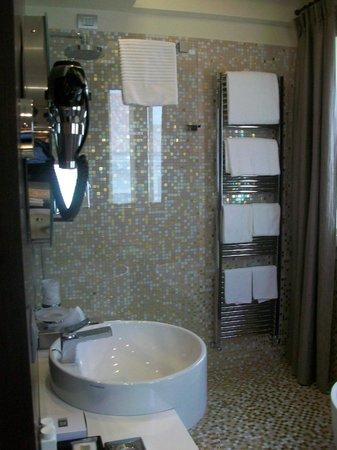 Hotel Moresco: Shower in large bathroom