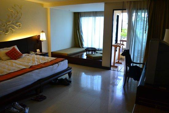 Patong Paragon Resort & Spa: Day bed and balcony entrance