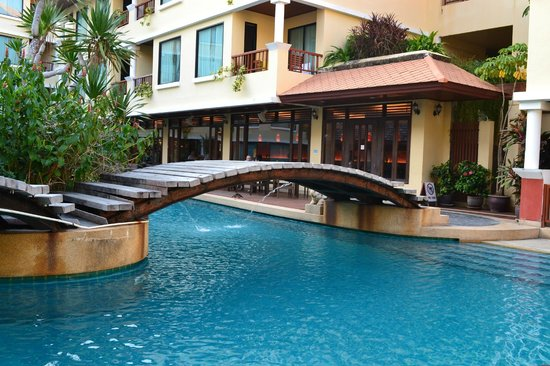 Patong Paragon Resort & Spa : Bridge to islands