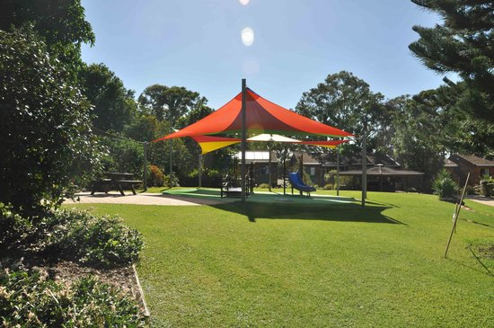 Boambee Bay Resort: playground and bbq area