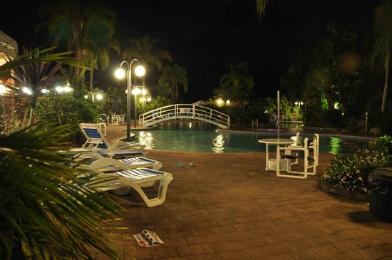 Boambee Bay Resort: pool area by night
