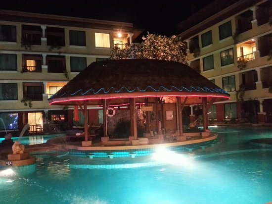 Patong Paragon Resort & Spa : Pool at night