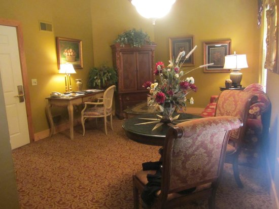 The Inn at Leola Village: parlor room