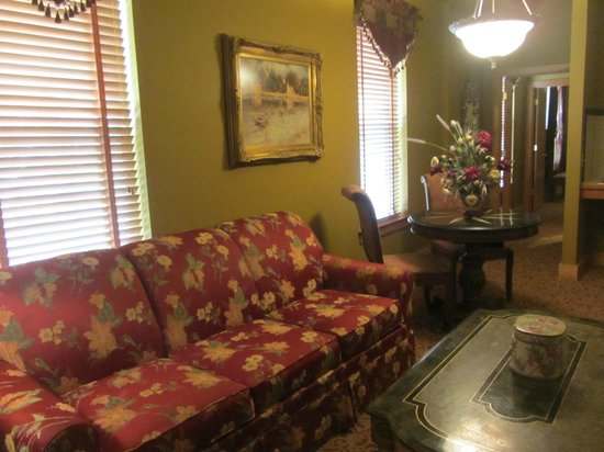 The Inn at Leola Village: Living room