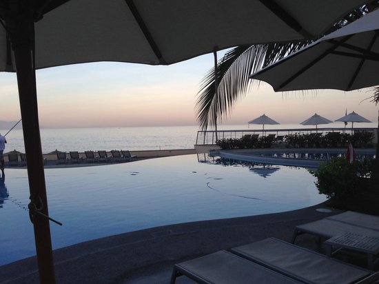 Sunset Plaza Beach Resort & Spa: Morning view of infinity pool