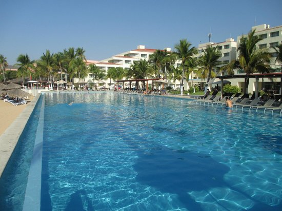 Dreams Huatulco Resort & Spa: One of the many beautiful pools