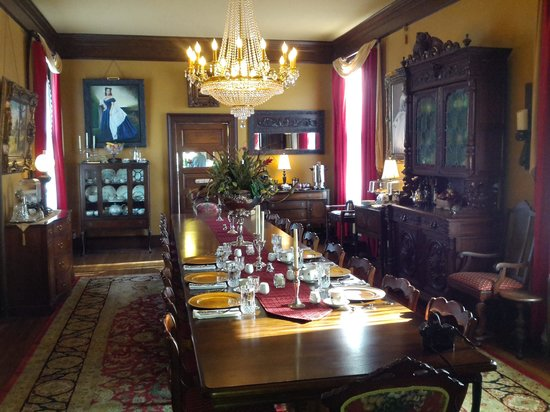 The Reynolds Mansion : Dining room.