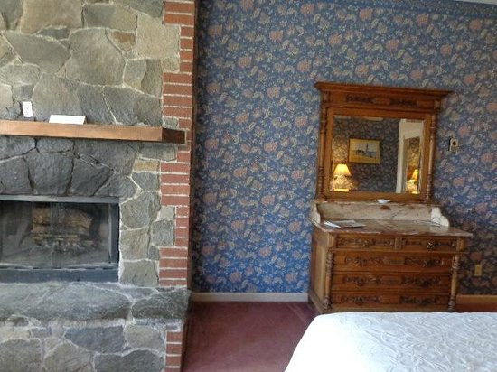 Gold Hill Hotel : Fireplace and dresser