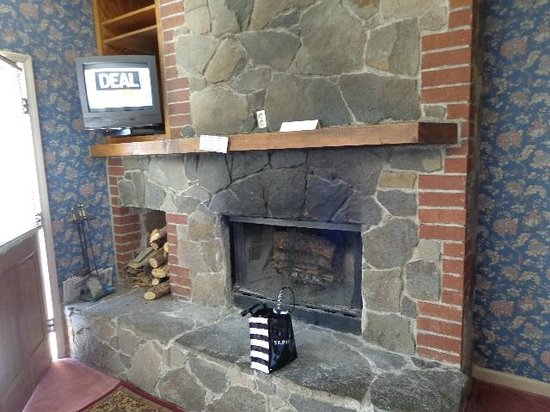 Gold Hill Hotel: Fireplace