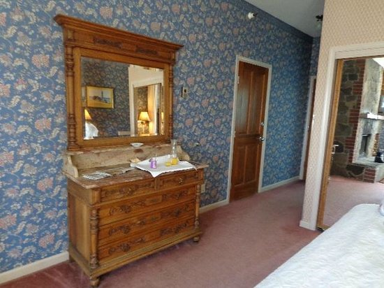 Gold Hill Hotel : Dresser and adjoining room door