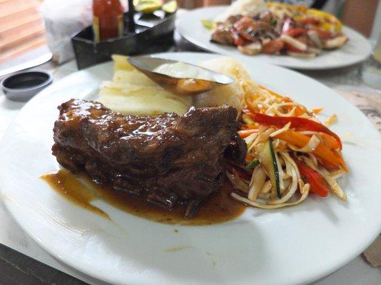 La Mulata: Costilla de cerdo BBQ con yuca al vapor y verdura salteada