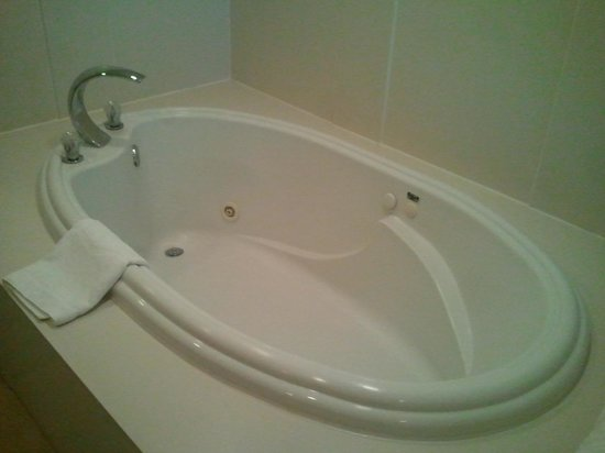 Hampton Inn and Suites Raleigh/Cary-I-40 (PNC Arena): the tub has great  jets and overhead mood lights