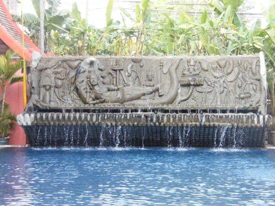 Golden Temple Hotel: Pool sculpture