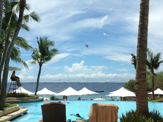 Shangri-La's Mactan Resort & Spa: Pool next to beach