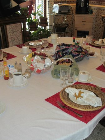 The Edwards House: breakfast table at the B&B