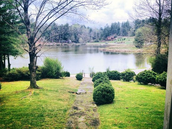 Mountain Lake Cottages: Lake front from the porch