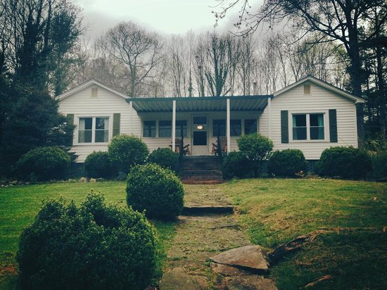 Mountain Lake Cottages: Front of the house