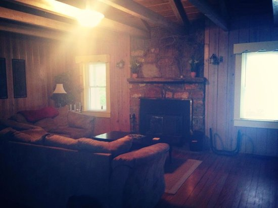 Mountain Lake Cottages: Living room