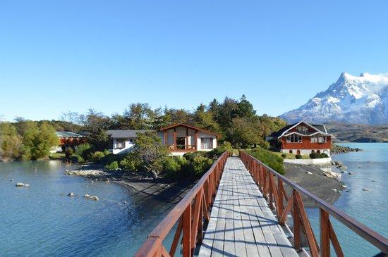 Hosteria Pehoe: walkin the bridge towards the island :)