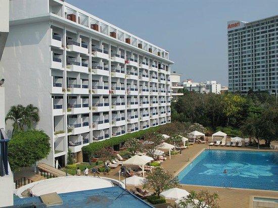 Dusit Thani Pattaya: Вид на здание отеля и большой бассейн