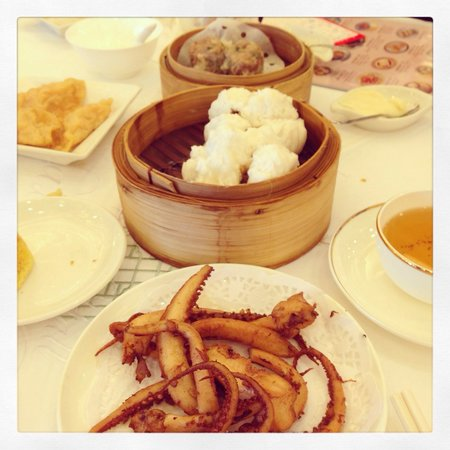 City Hall Maxim's Palace: Pork buns and deep fried squid