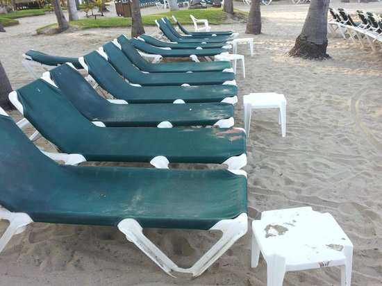 ClubHotel RIU Jalisco: Lounge chairs never cleaned. Dirty with sand and spilled drinks