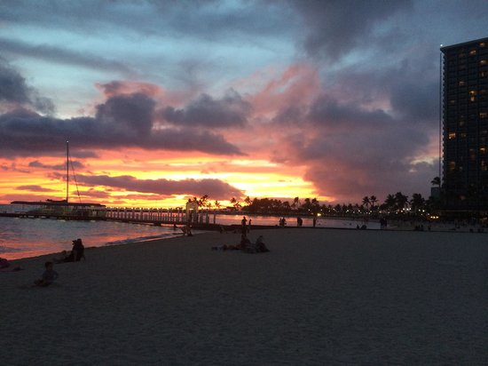 Hilton Grand Vacations at Hilton Hawaiian Village : Waikiki sunset during Easter weekend.