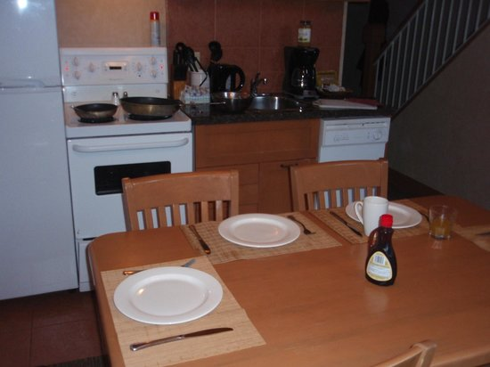 Hidden Ridge Resort: kitchen/dining area