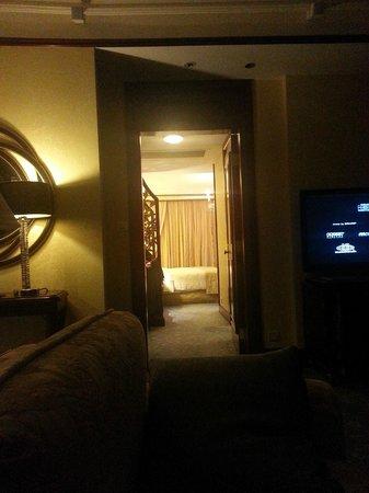 Island Shangri-La Hong Kong : Hallway to Bedroom (Night)
