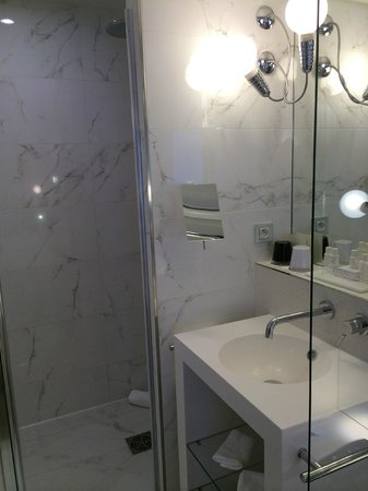 Hotel 7 Eiffel: Large Bathroom