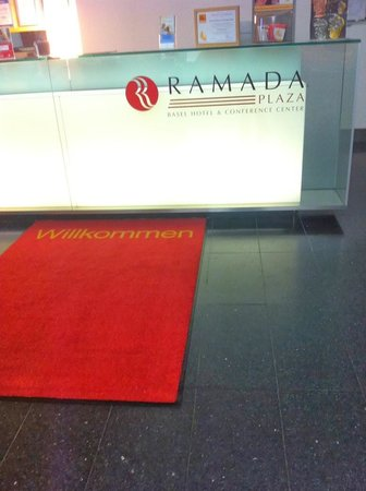 Ramada Plaza Basel City Center : лобби