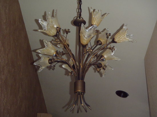 Cherry Chalet: Hallway chandelier in Santina Suite