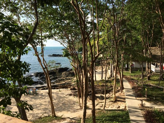 Baan Supparod: View of the beach and accomodation area from the restaurant
