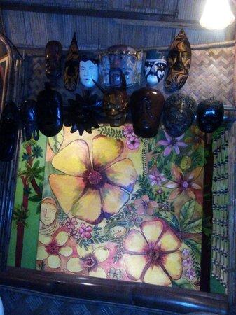Kalui Restaurant: handicrafts inside the resto