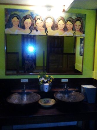 Kalui Restaurant: the mirror