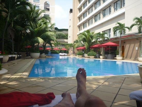 Caravelle Saigon: lovely pool area after a hot day of sightseeing.