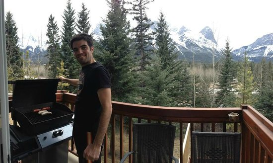 Falcon Crest Lodge: Grilling on the balcony