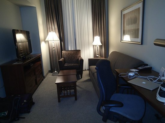 Staybridge Suites Wilmington East : Cozy sitting room (with desk for working)