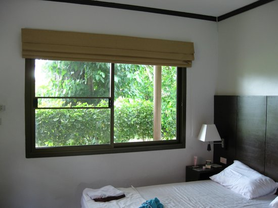 Golden Bay Cottages: Our room with light-proof curtains