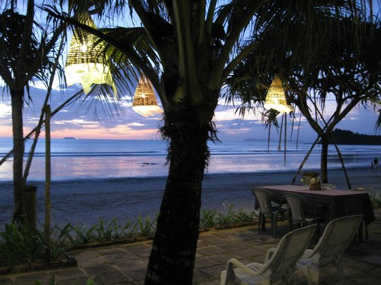 Golden Bay Cottages: Chairs for those who want to relax and enjoy the soft sound of the surf