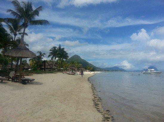 Sugar Beach Golf & Spa Resort: Looking South along the beach.
