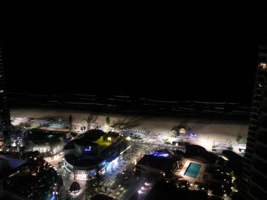 Hotel Grand Chancellor Surfers Paradise: ночной вид на пляж