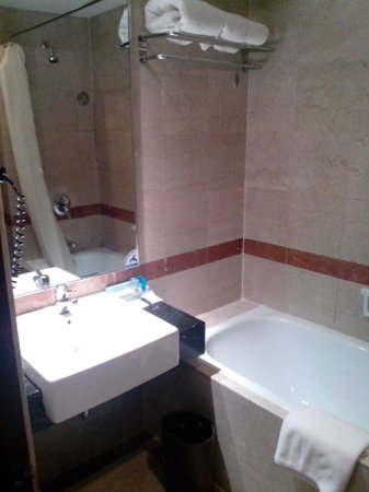 Travelodge Batam: kamar mandi / bathroom